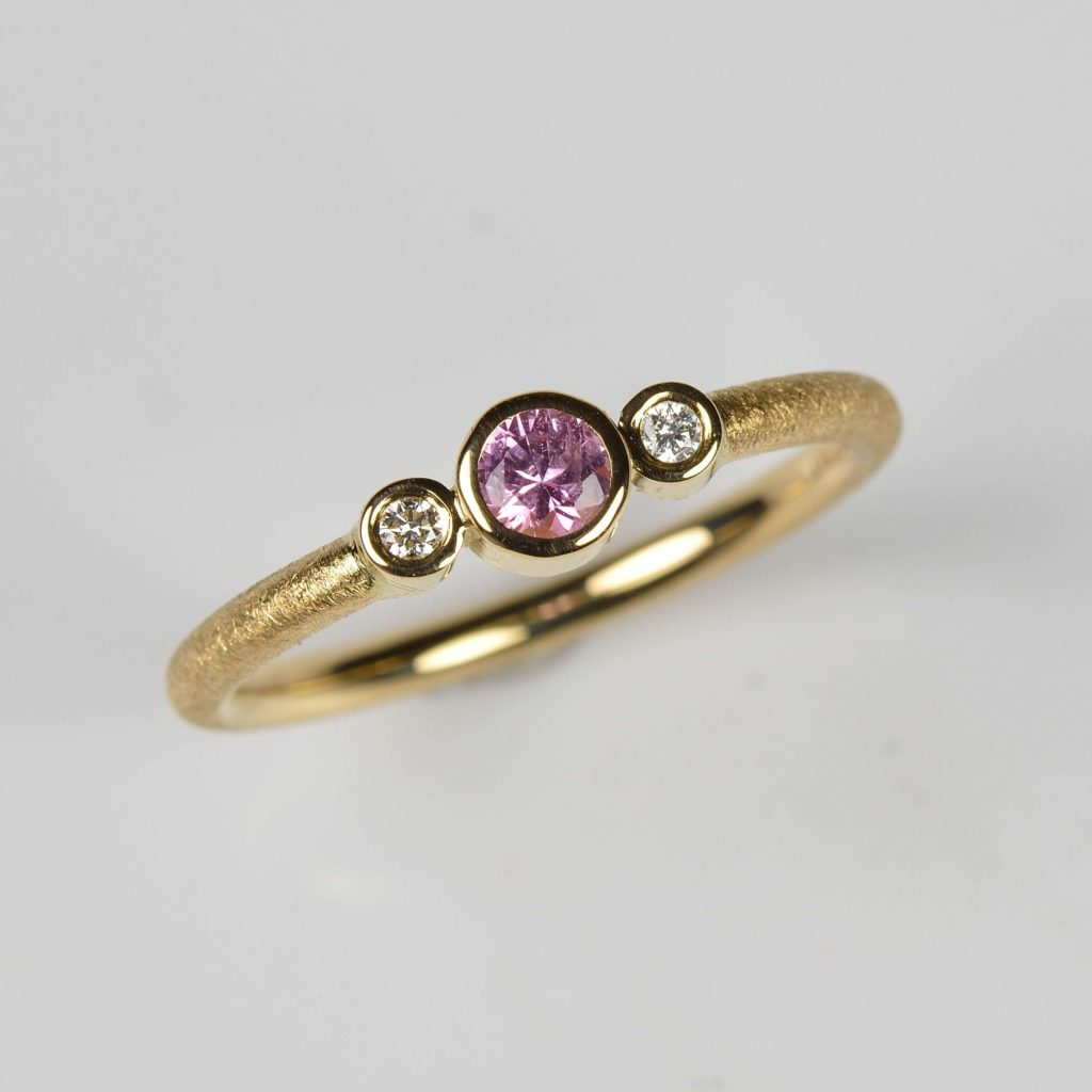 18ct gold ring with pink sapphire and diamonds