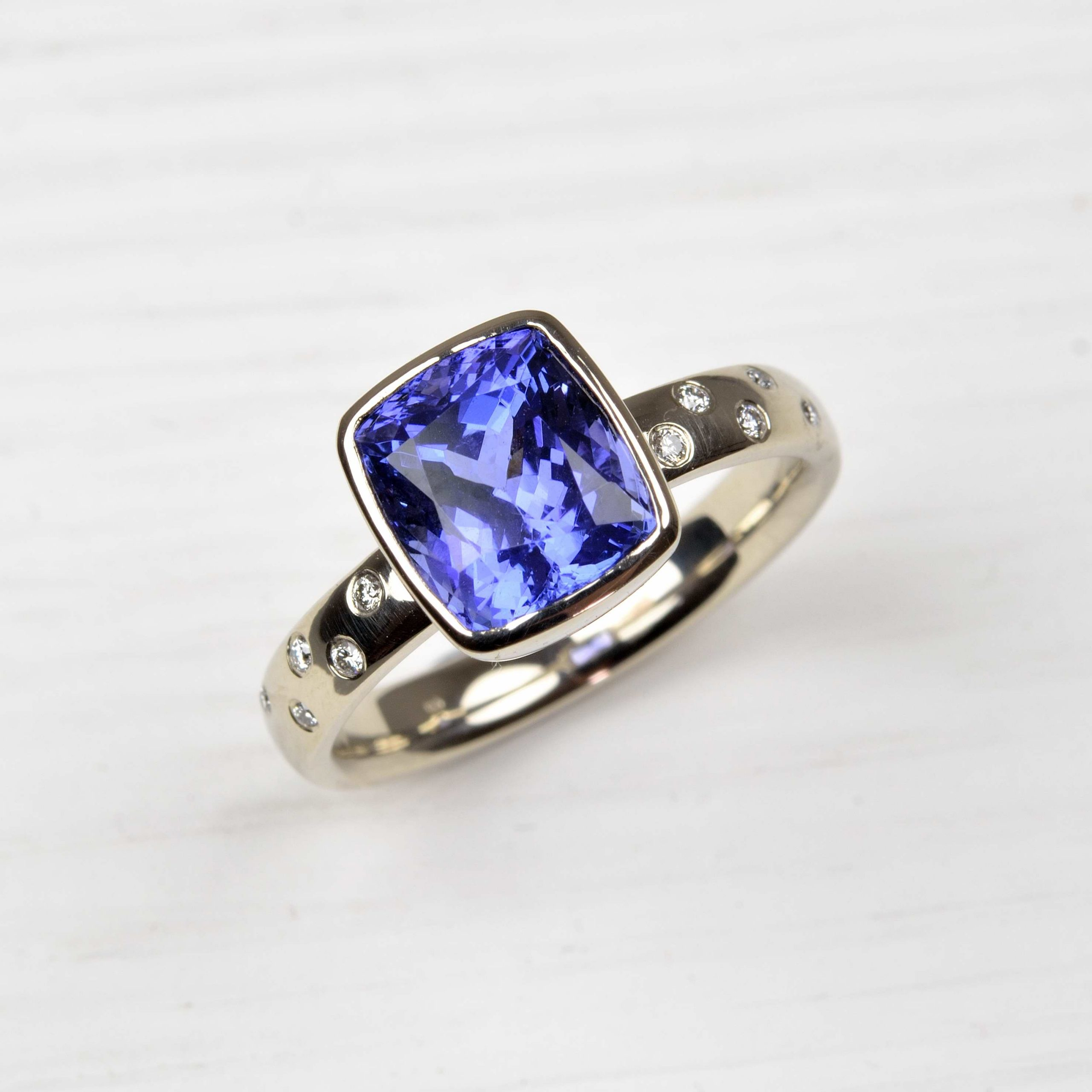 18ct white gold ring with tanzanite and diamonds