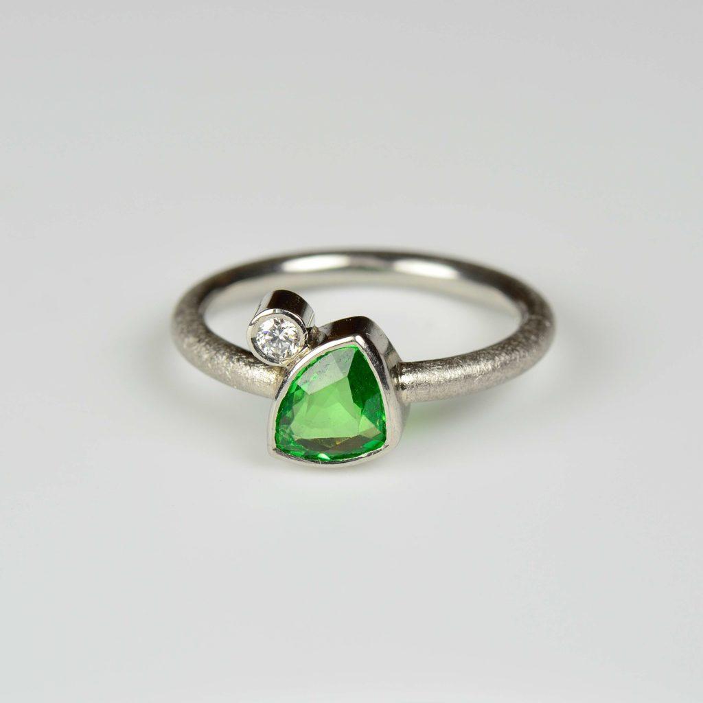 18ct white gold ring with tsavorite and diamond