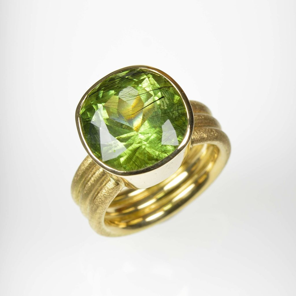 18ct gold ring with peridot