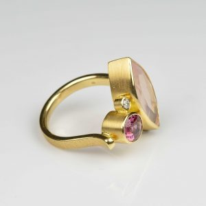 18ct gold ring with rose quartz, spinel and diamond